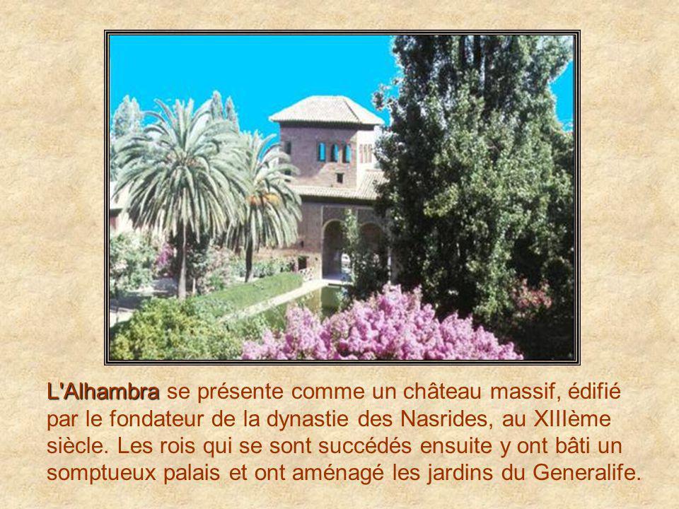 L Alhambra se présente comme un château massif, édifié par le fondateur de la dynastie des Nasrides, au XIIIème siècle.