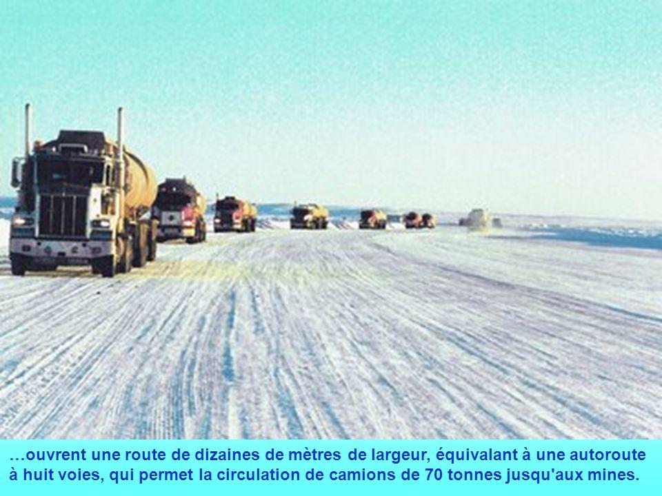 …ouvrent une route de dizaines de mètres de largeur, équivalant à une autoroute à huit voies, qui permet la circulation de camions de 70 tonnes jusqu aux mines.