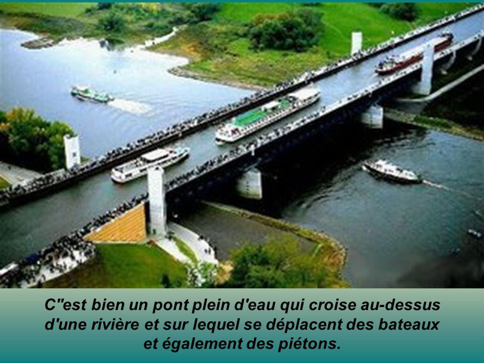 C est bien un pont plein d eau qui croise au-dessus d une rivière et sur lequel se déplacent des bateaux et également des piétons.
