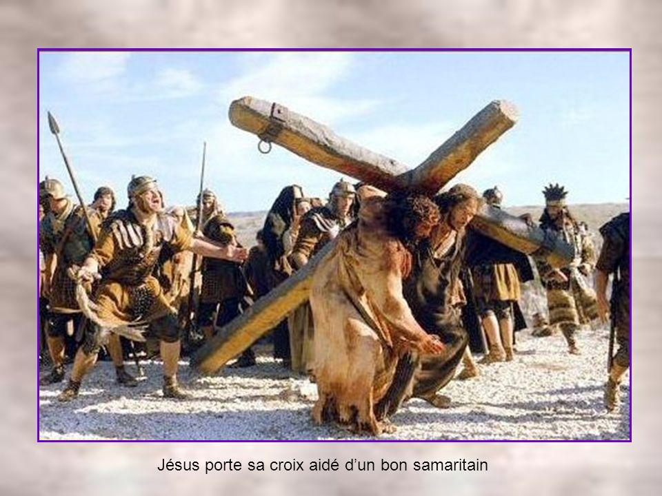 Jésus porte sa croix aidé d'un bon samaritain