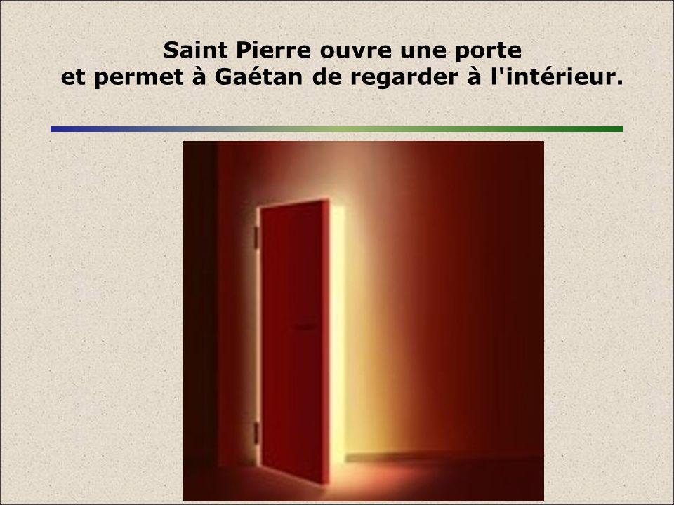 Saint Pierre ouvre une porte et permet à Gaétan de regarder à l intérieur.