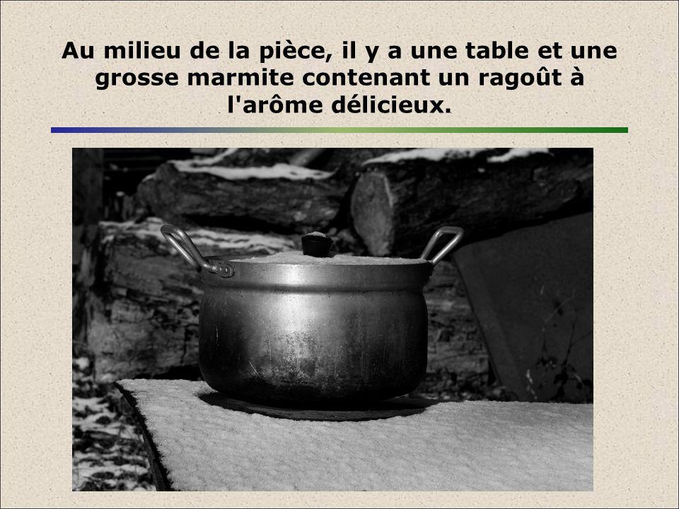 Au milieu de la pièce, il y a une table et une grosse marmite contenant un ragoût à l arôme délicieux.