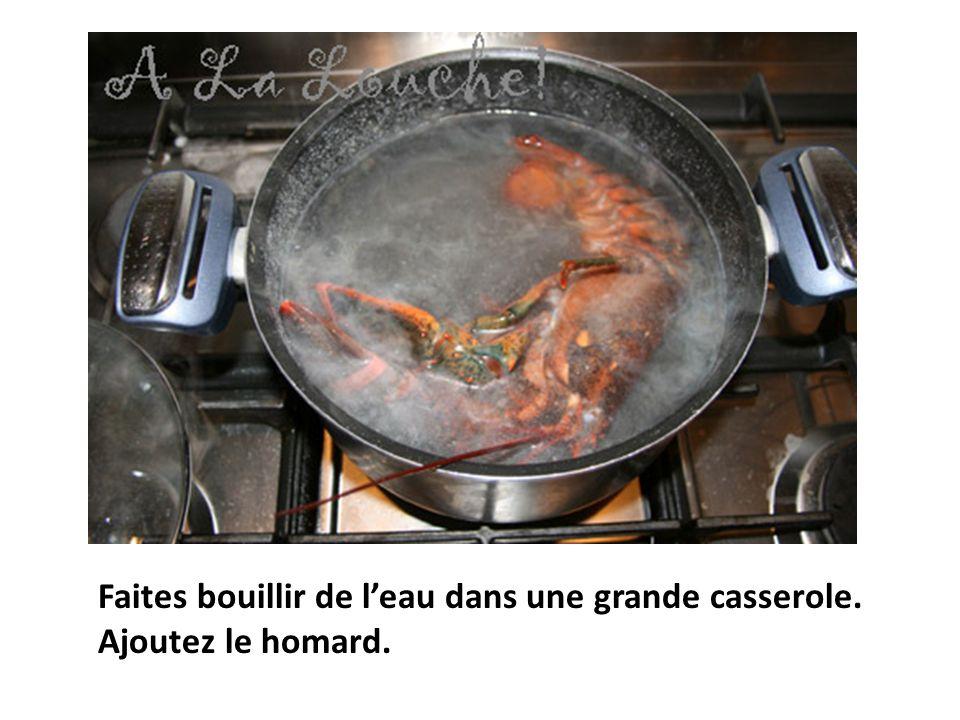 illi Faites bouillir de l'eau dans une grande casserole. Ajoutez le homard.