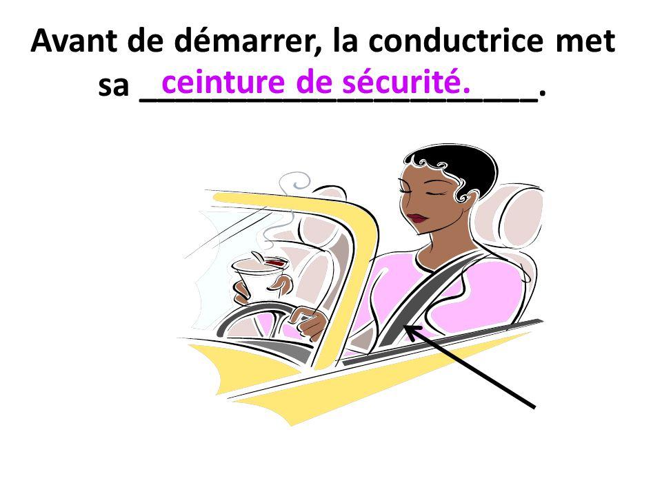 Avant de démarrer, la conductrice met sa ______________________.