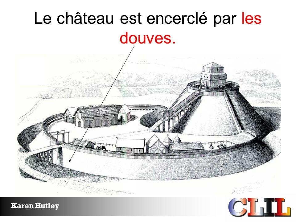 Le château est encerclé par les douves.