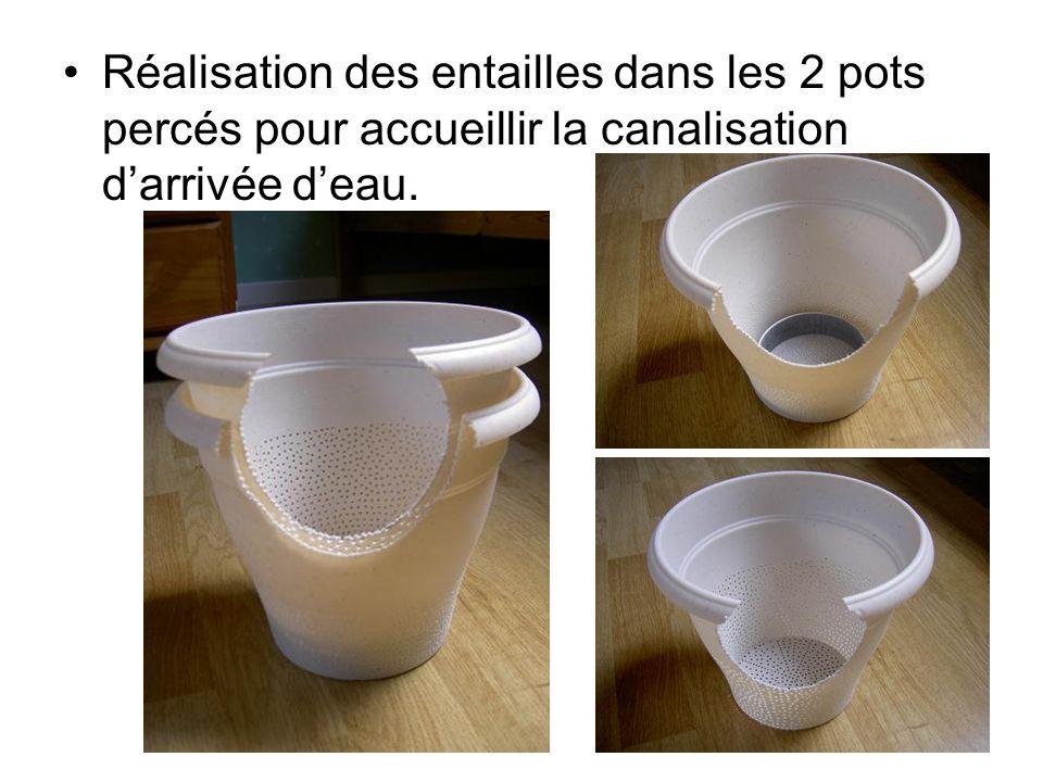 Réalisation des entailles dans les 2 pots percés pour accueillir la canalisation d'arrivée d'eau.