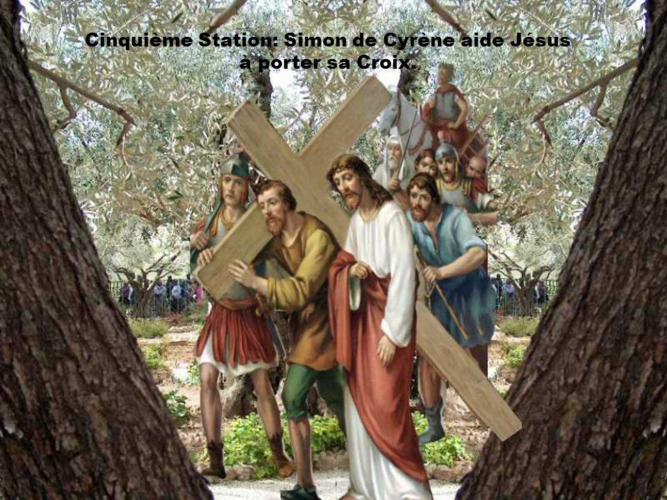 Cinquième Station: Simon de Cyrène aide Jésus à porter sa Croix.