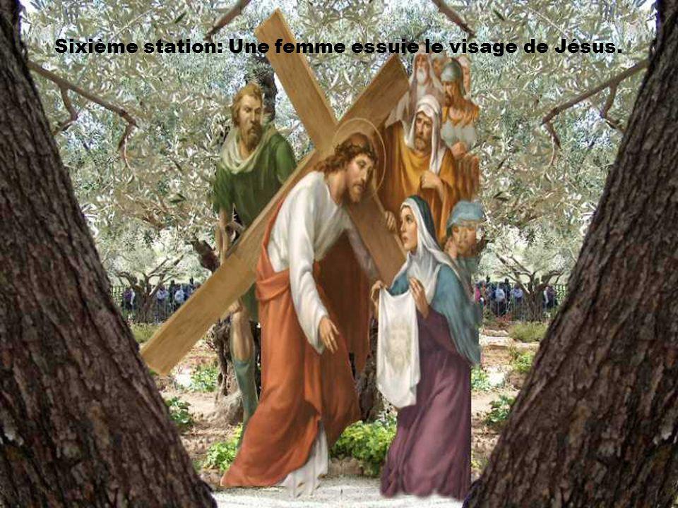 Sixième station: Une femme essuie le visage de Jésus.