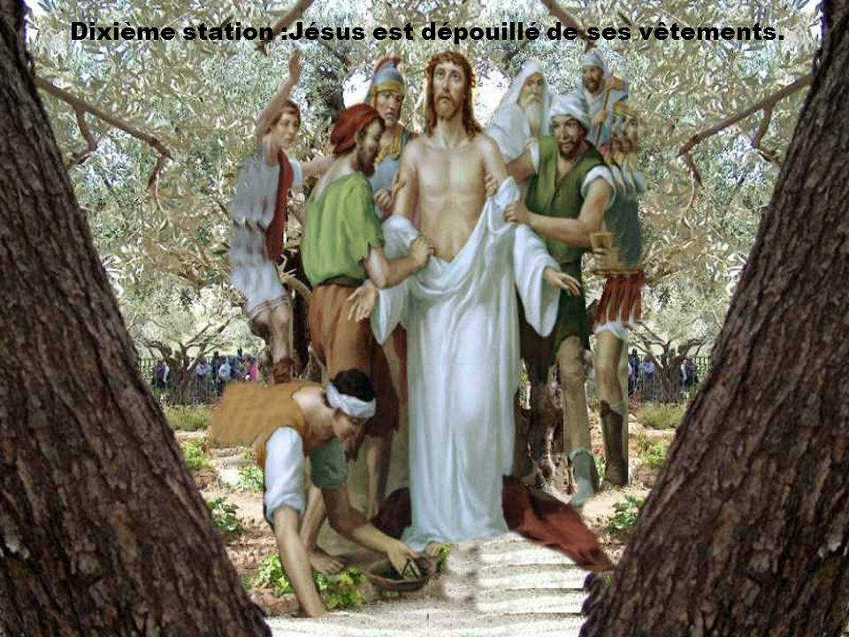 Dixième station :Jésus est dépouillé de ses vêtements.