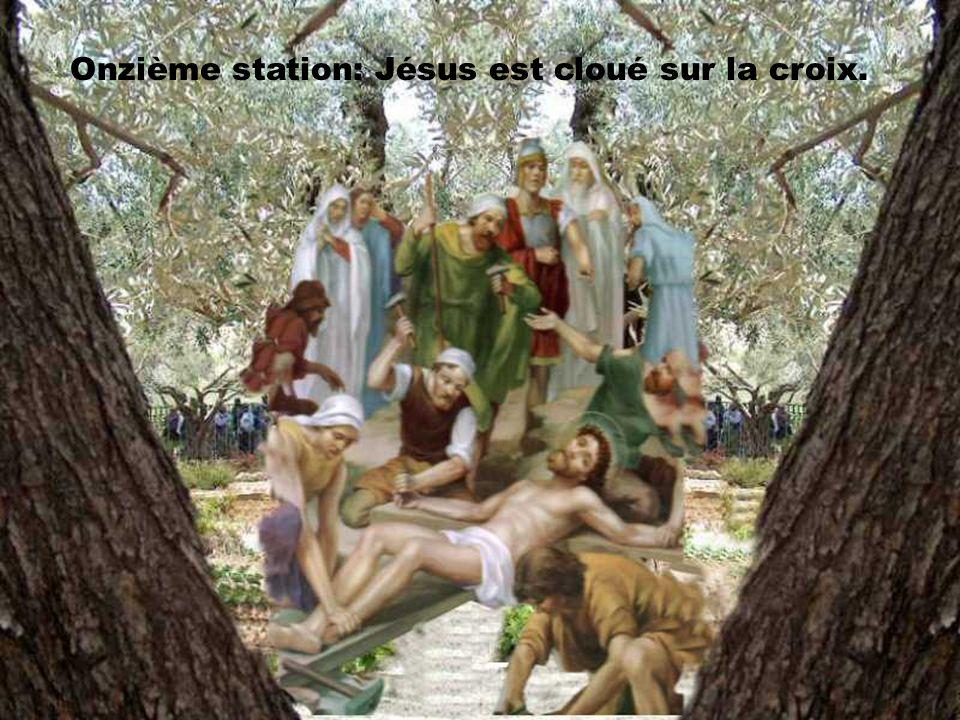 Onzième station: Jésus est cloué sur la croix.