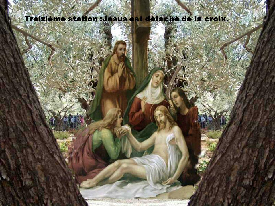 Treizième station :Jésus est détaché de la croix.