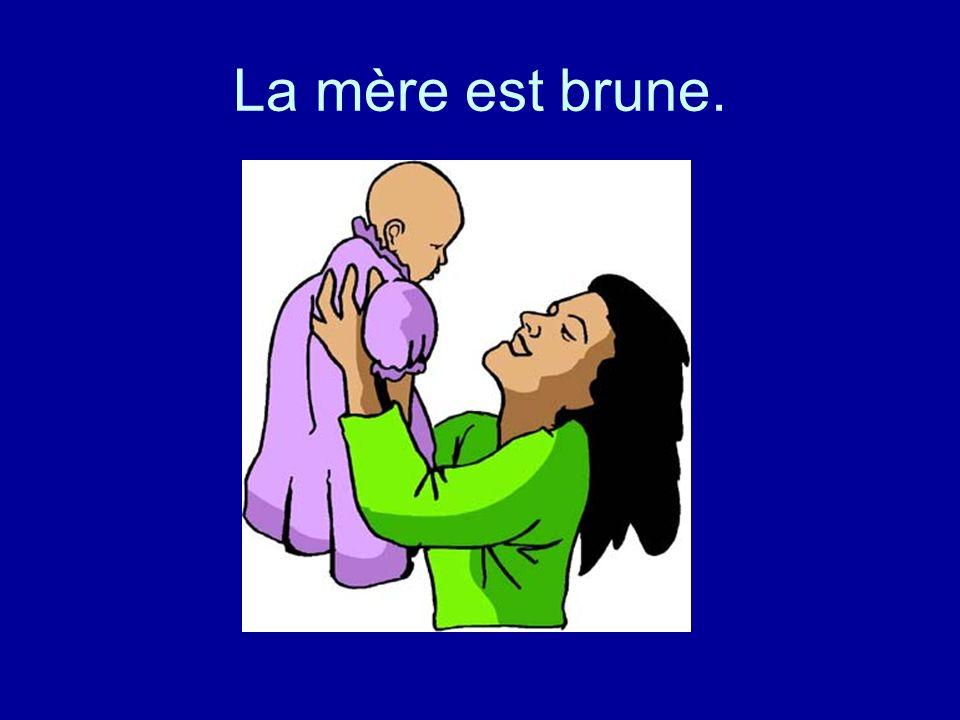 La mère est brune.