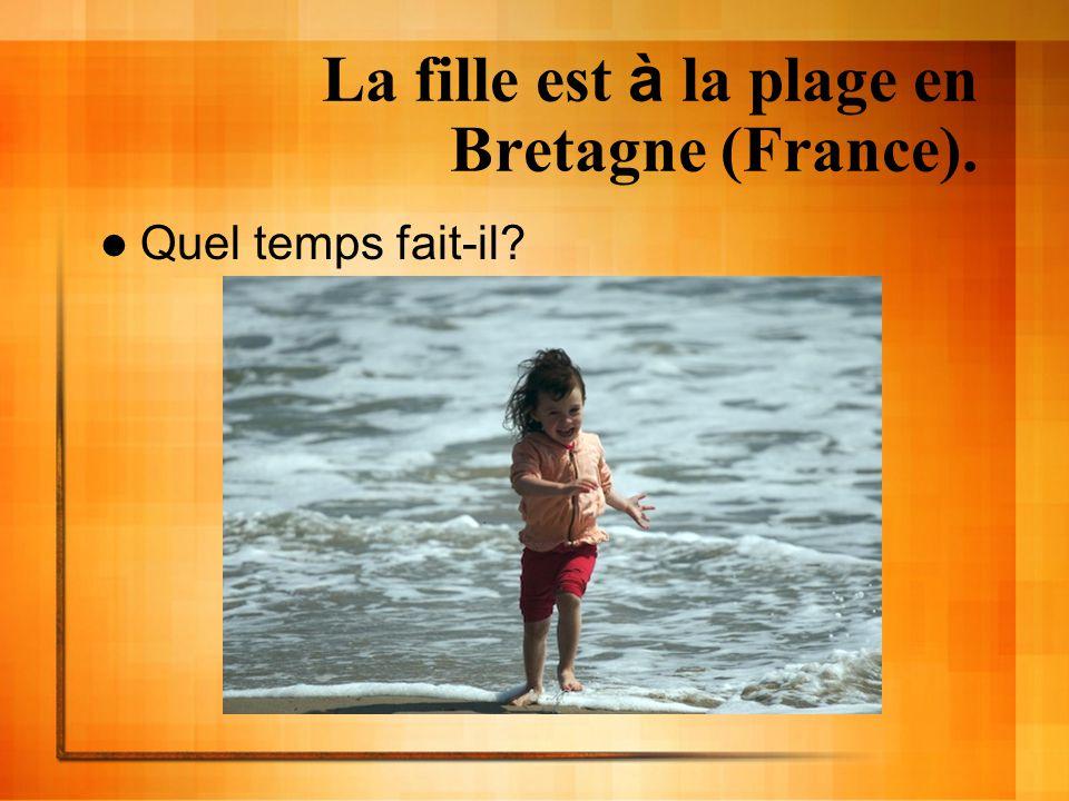 La fille est à la plage en Bretagne (France).