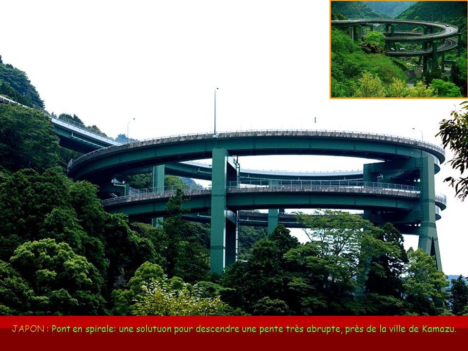 JAPON : Pont en spirale: une solutuon pour descendre une pente très abrupte, près de la ville de Kamazu.