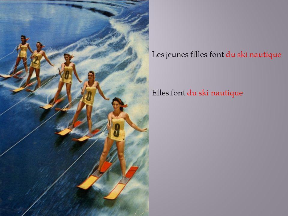 Les jeunes filles font du ski nautique