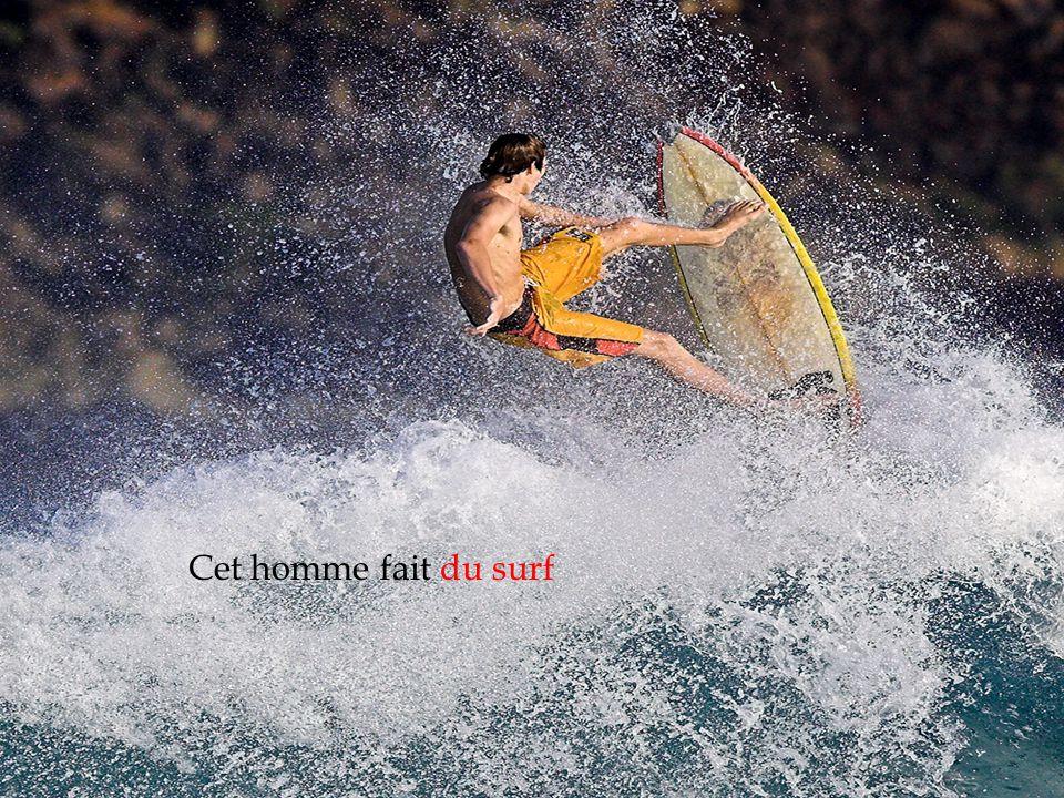 Cet homme fait du surf