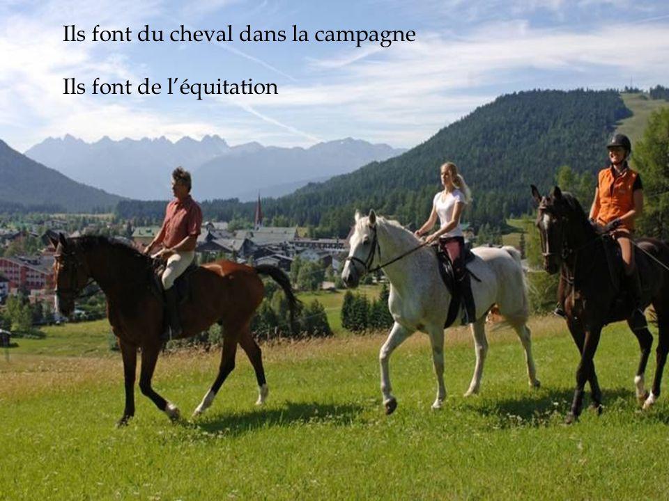 Ils font du cheval dans la campagne