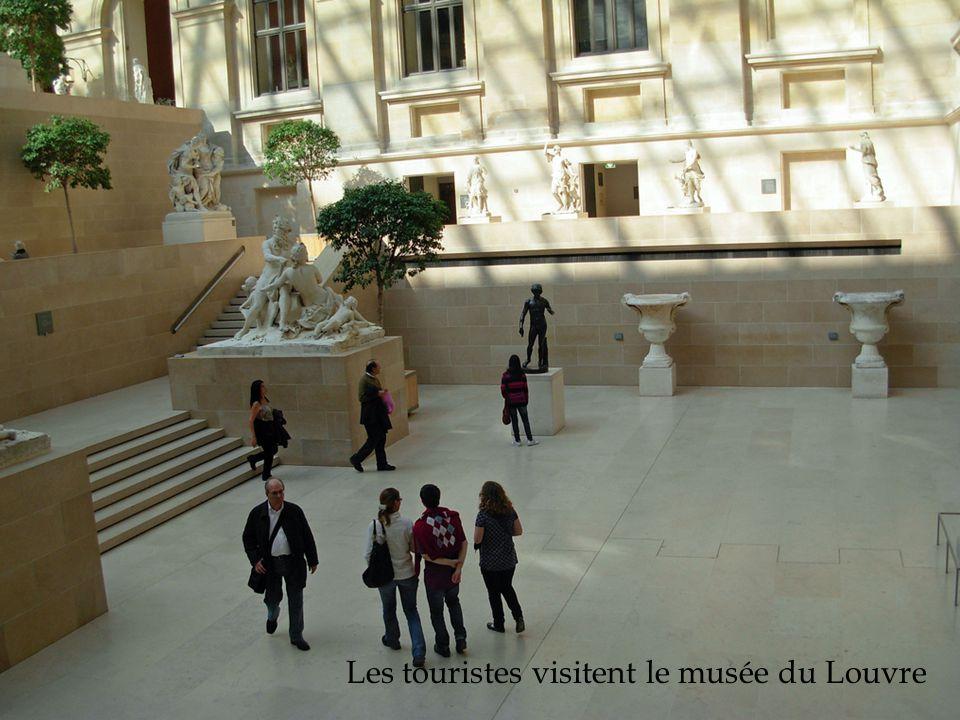 Les touristes visitent le musée du Louvre
