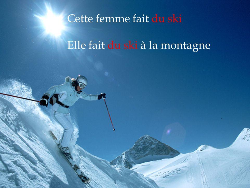 Cette femme fait du ski Elle fait du ski à la montagne