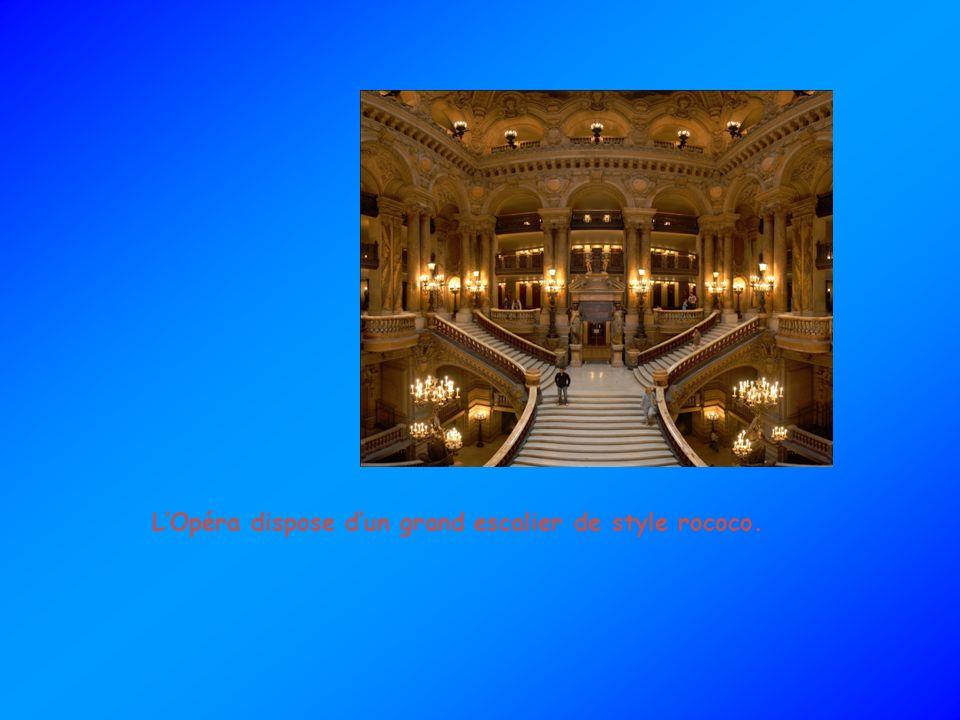 L'Opéra dispose d'un grand escalier de style rococo.