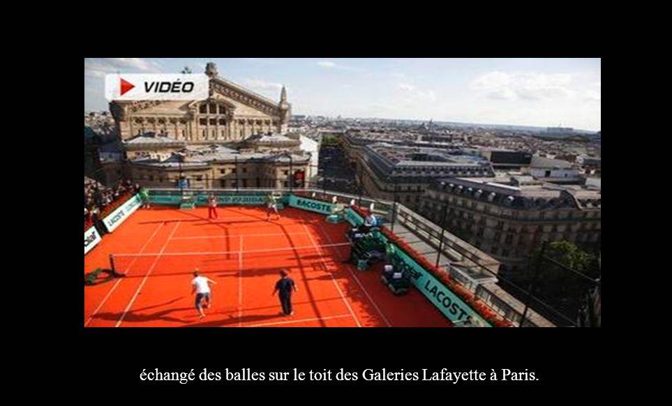 échangé des balles sur le toit des Galeries Lafayette à Paris.