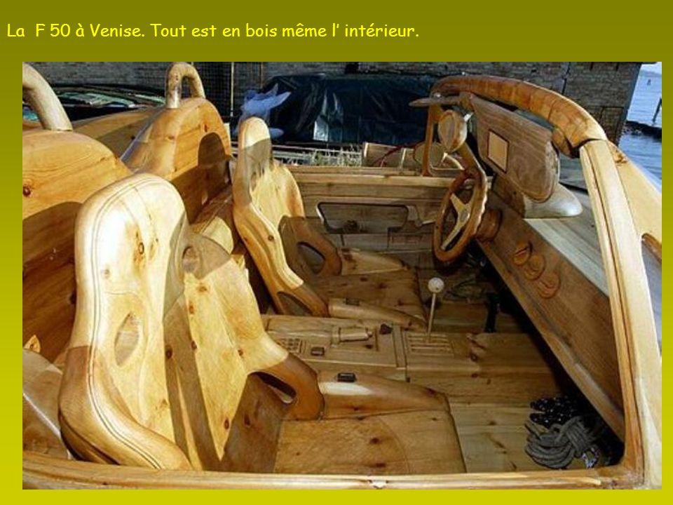 La F 50 à Venise. Tout est en bois même l' intérieur.