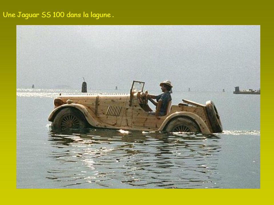 Une Jaguar SS 100 dans la lagune .