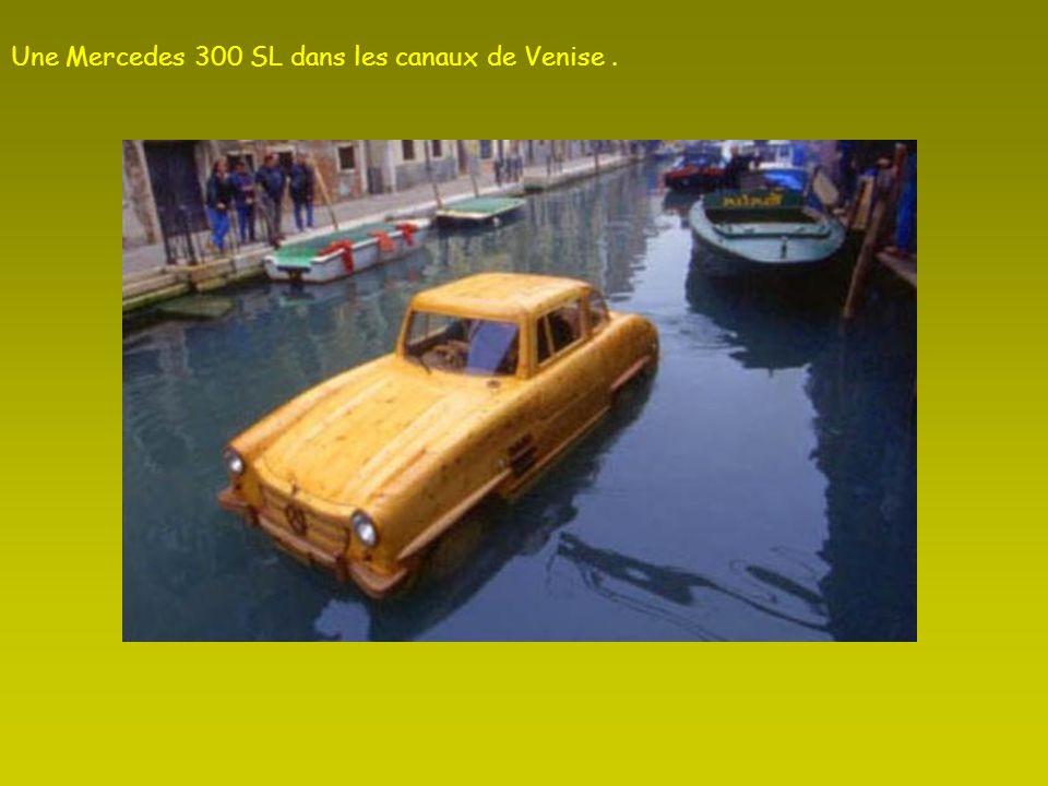 Une Mercedes 300 SL dans les canaux de Venise .