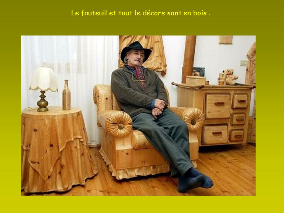 Le fauteuil et tout le décors sont en bois .