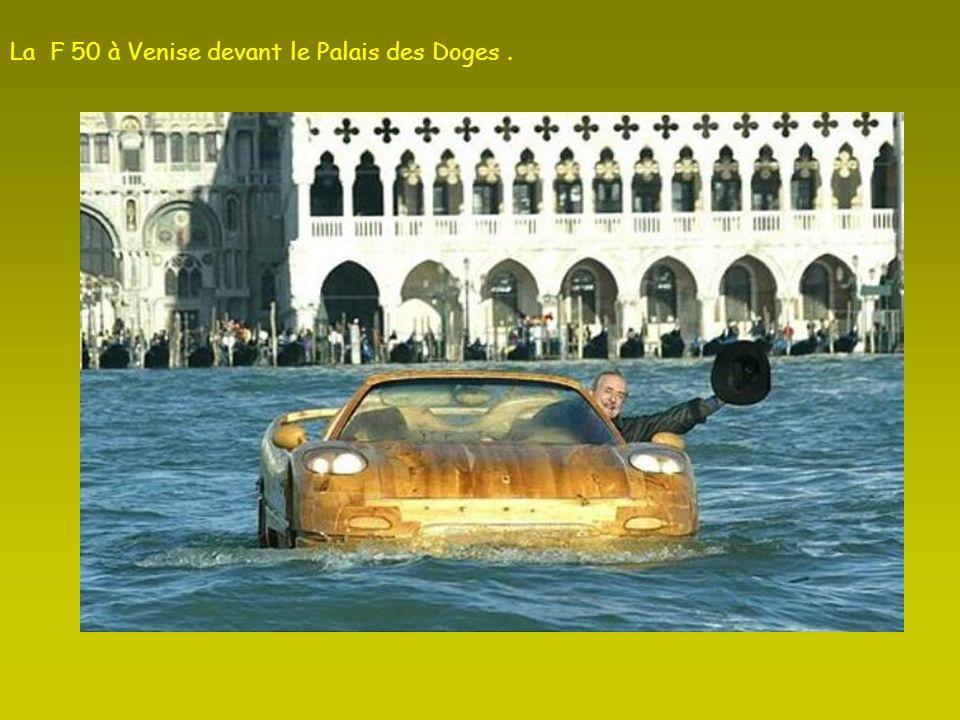 La F 50 à Venise devant le Palais des Doges .