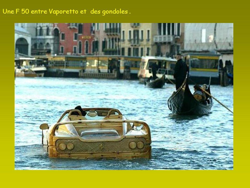 Une F 50 entre Vaporetto et des gondoles .