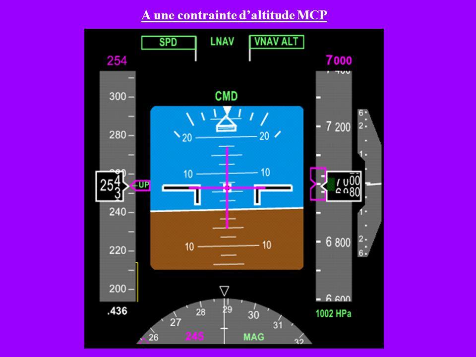 A une contrainte d'altitude MCP