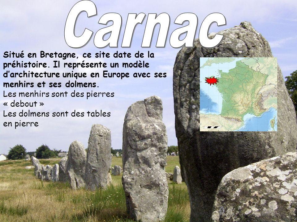 Carnac Situé en Bretagne, ce site date de la préhistoire. Il représente un modèle d'architecture unique en Europe avec ses menhirs et ses dolmens.