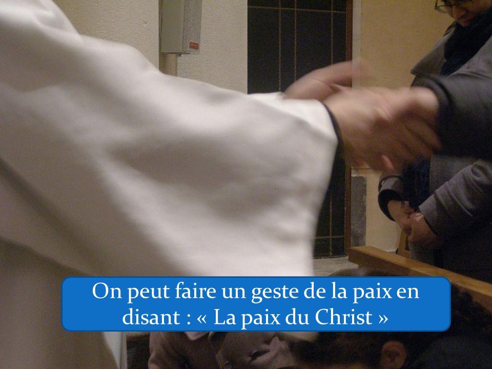 On peut faire un geste de la paix en disant : « La paix du Christ »