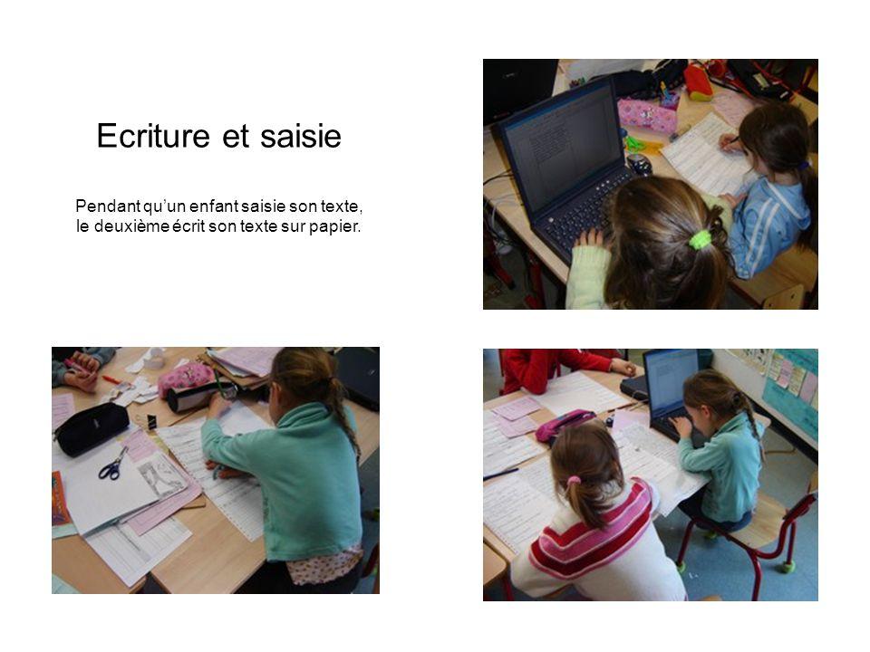 Ecriture et saisie Pendant qu'un enfant saisie son texte, le deuxième écrit son texte sur papier.