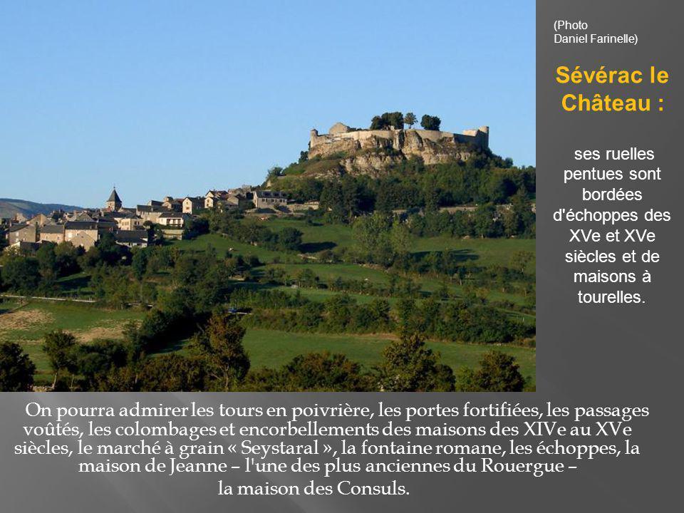 (Photo Daniel Farinelle) Sévérac le Château : ses ruelles pentues sont bordées d échoppes des XVe et XVe siècles et de maisons à tourelles.