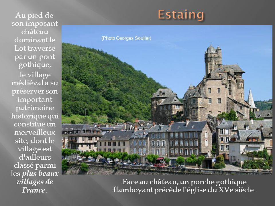 Estaing Au pied de son imposant château dominant le Lot traversé par un pont gothique,