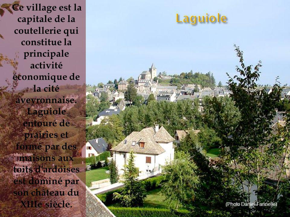 Ce village est la capitale de la coutellerie qui constitue la principale activité économique de la cité aveyronnaise. Laguiole entouré de prairies et formé par des maisons aux toits d ardoises est dominé par son château du XIIIe siècle.