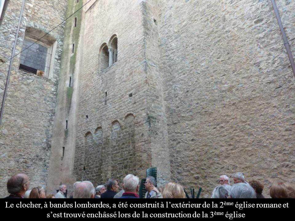 Le clocher, à bandes lombardes, a été construit à l'extérieur de la 2ème église romane et s'est trouvé enchâssé lors de la construction de la 3ème église.