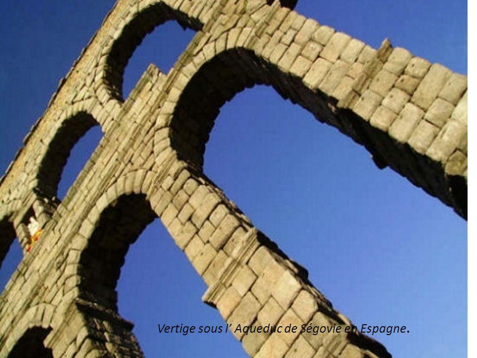 Vertige sous l' Aqueduc de Ségovie en Espagne.