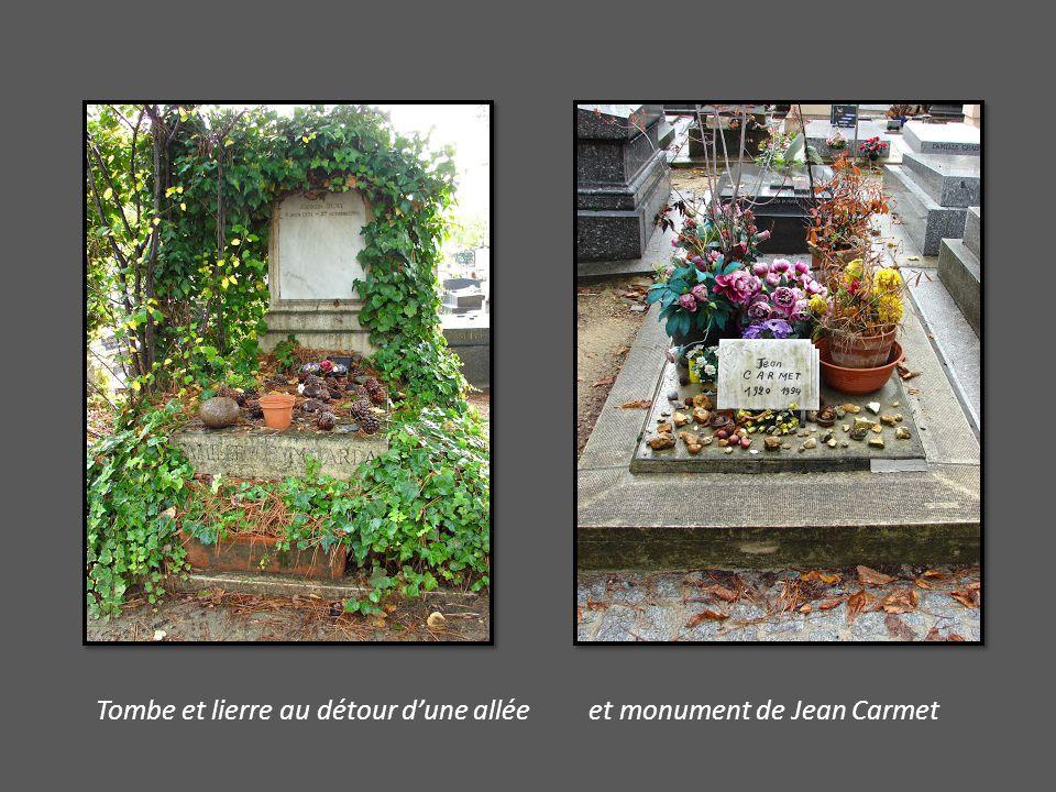 Tombe et lierre au détour d'une allée et monument de Jean Carmet