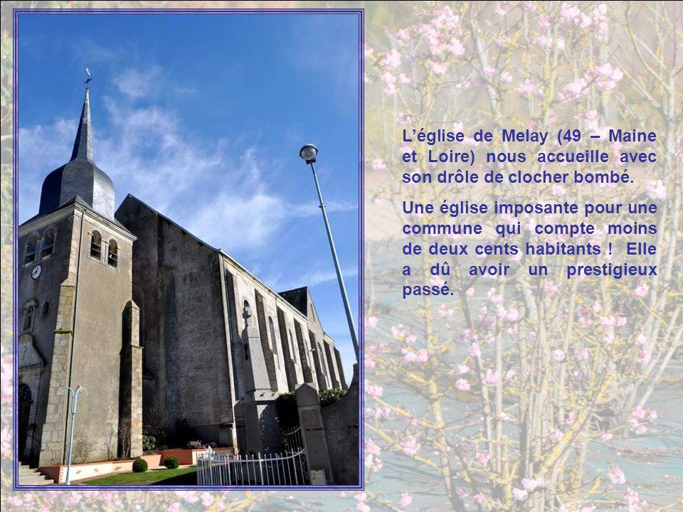 L'église de Melay (49 – Maine et Loire) nous accueille avec son drôle de clocher bombé.