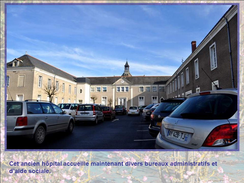 Cet ancien hôpital accueille maintenant divers bureaux administratifs et d'aide sociale.