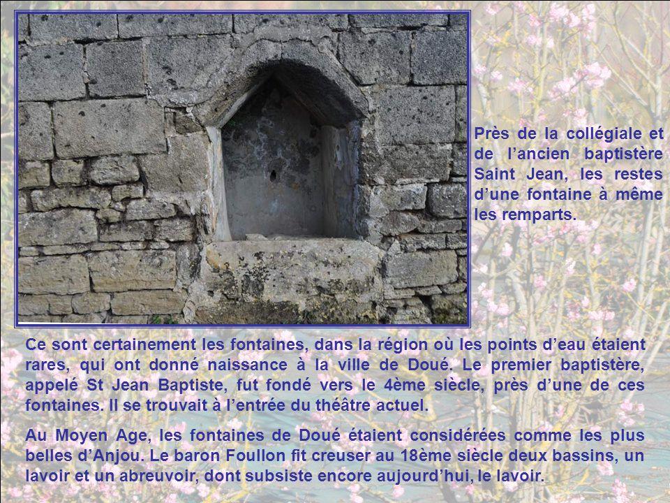 Près de la collégiale et de l'ancien baptistère Saint Jean, les restes d'une fontaine à même les remparts.