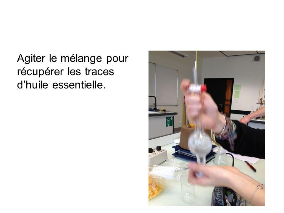 Agiter le mélange pour récupérer les traces d'huile essentielle.