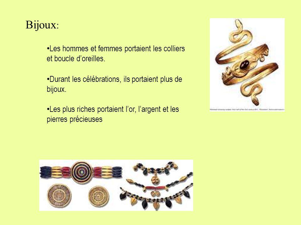 Bijoux: Les hommes et femmes portaient les colliers et boucle d'oreilles. Durant les célébrations, ils portaient plus de bijoux.