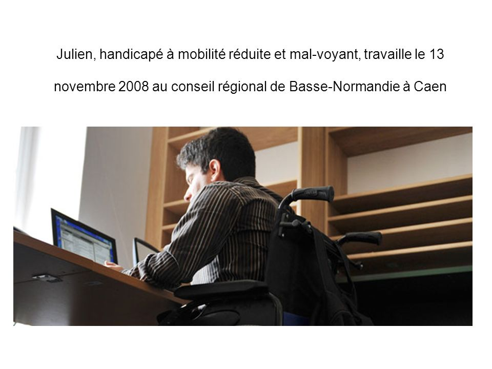 Julien, handicapé à mobilité réduite et mal-voyant, travaille le 13 novembre 2008 au conseil régional de Basse-Normandie à Caen
