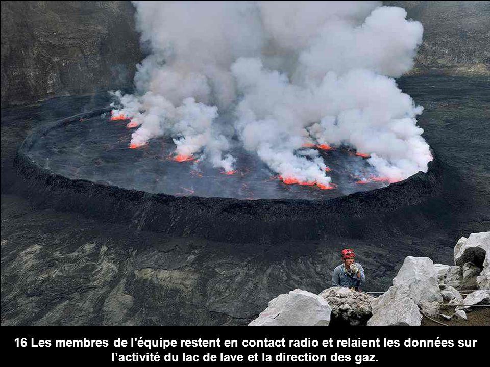 16 Les membres de l équipe restent en contact radio et relaient les données sur l'activité du lac de lave et la direction des gaz.