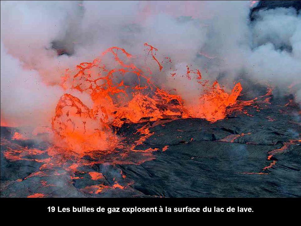 19 Les bulles de gaz explosent à la surface du lac de lave.