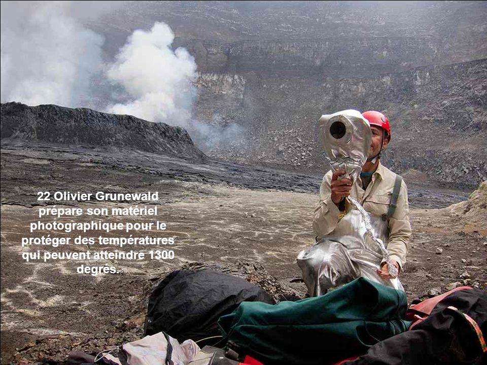 22 Olivier Grunewald prépare son matériel photographique pour le protéger des températures qui peuvent atteindre 1300 degrés.
